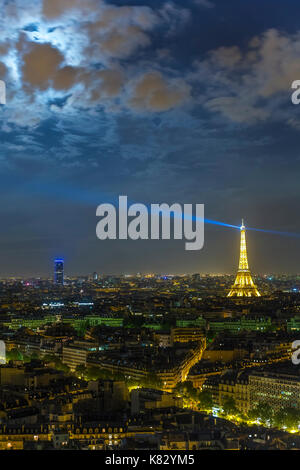 Lever de lune sur la ville et l'Arc de Triomphe, Paris, France, Europe Banque D'Images
