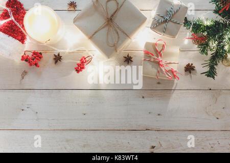 Vue aérienne d'ornements et décoration joyeux noël et bonne année.Plusieurs élément signe sur blanc rustique moderne home office 24.espace