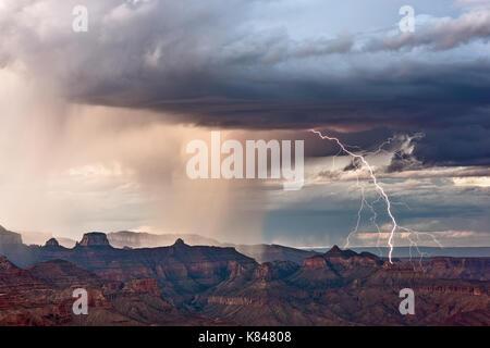 La foudre tombe sur le Grand Canyon au cours d'une tempête Banque D'Images