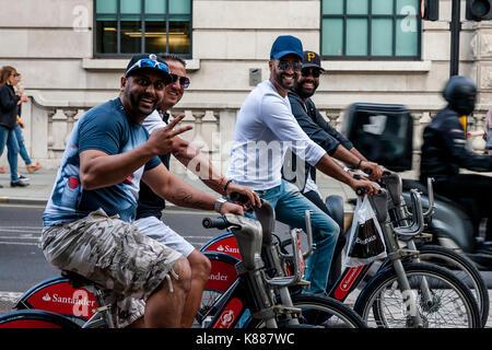 Les hommes arabes équitation santander louer des vélos dans le centre de Londres, London, UK Banque D'Images