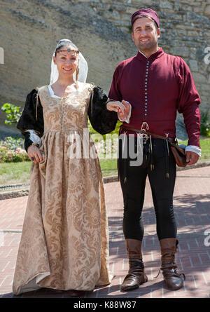 San Marini couple dressed in costumes pour le Festival Médiéval annuel tenu dans la vieille ville de Saint-Marin Banque D'Images