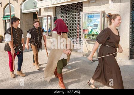 Marinis San habillés et d'effectuer dans des tenues pendant la période de Festival Médiéval annuel tenu à San Marino.