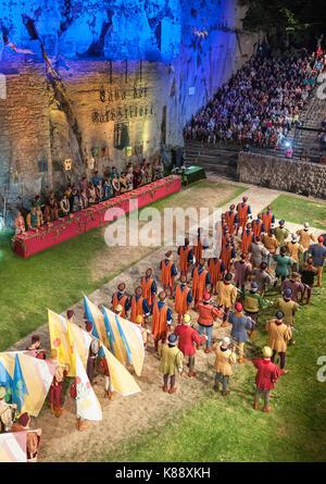 Marinis San habillés et d'effectuer en costumes pendant le Festival Médiéval annuel tenu à San Marino.