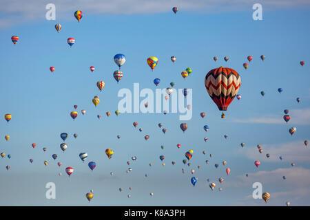 Colorful ballons à air chaud dans l'air, la masse de l'Ascension, l'Albuquerque International Balloon Fiesta, Albuquerque, Banque D'Images