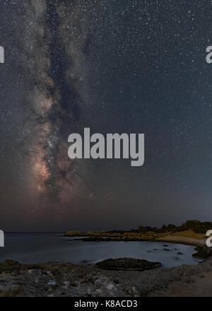 Ciel nocturne avec voie lactée mise à la mer de Libye Banque D'Images