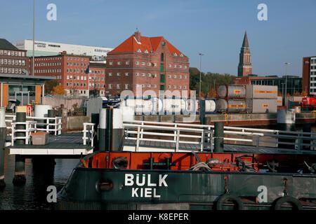 Le bateau remorqueur amarré par la, de bülk hörnbrücke passerelle, dans le port de Kiel, avec le train de marchandises Banque D'Images