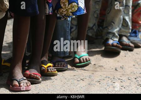 L'école primaire en Afrique. écoliers portant des corlored bascules.. Lome TOGO. Banque D'Images