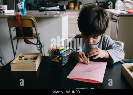 Garçon jouant avec tampon de caoutchouc à la maison