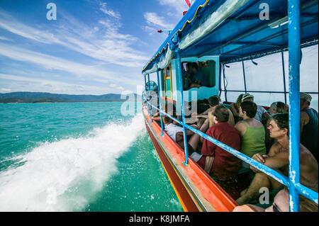 Sur un ferry de Koh Phangan à Koh Samui dans le golfe de Thaïlande. La Thaïlande. Banque D'Images