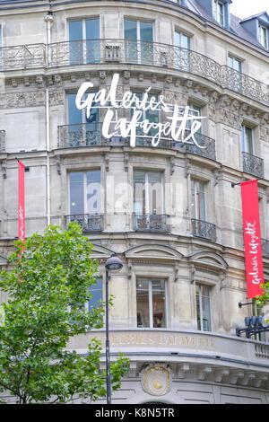 Paris, France: galerie lafayette shopping historique fenêtre et bâtiments dans le coeur de paris