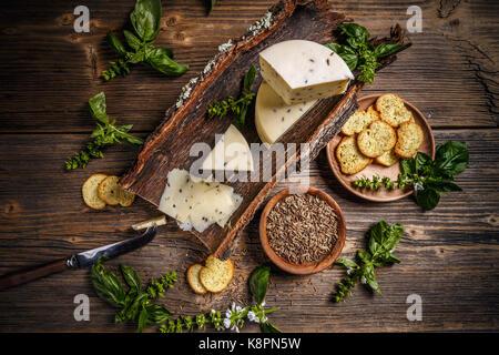 Vue de dessus de fromage caler avec des graines de cumin Banque D'Images
