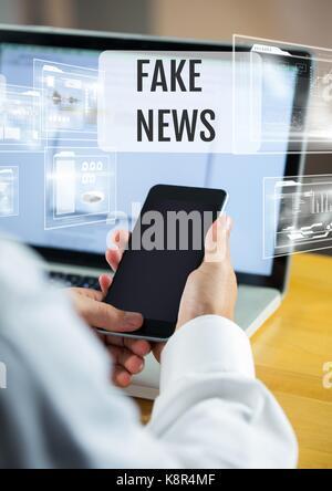 Digital composite de Holding phone avec de faux news text et d'interface Banque D'Images