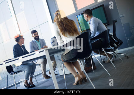 Photo d'architectes ayant meeting in office Banque D'Images