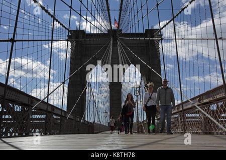 New York, NY, USA - 3 mai 2017: vers une vue d'ensemble de personnes marchant à Manhattan sur le pont de Brooklyn Banque D'Images