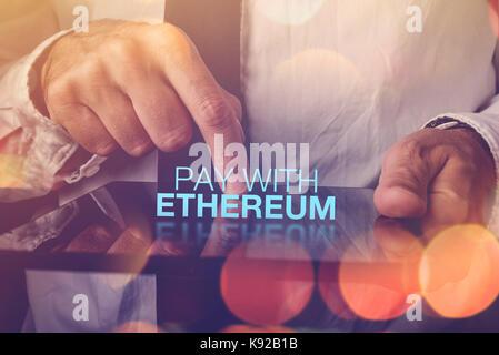 Payer avec ethereum concept cryptocurrency avec businessman et digital tablet Banque D'Images