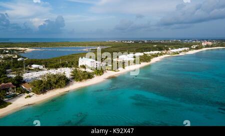 Drone aérien vue de Seven Mile Beach sur l'île Grand Caïman dans les Caraïbes Banque D'Images