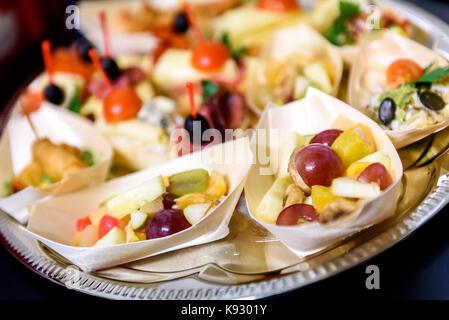 Canapés faits maison petits sandwiches apéritifs. mélange de différents snacks snacks pour une fête ou un banquet Banque D'Images