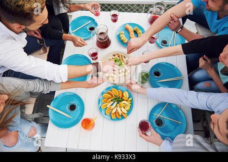 Anniversaire d'amis à un pique-nique Banque D'Images