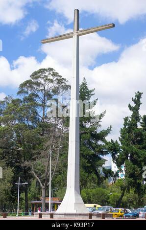 Quito, Equateur, octobre 14-2015: cette croix est situé dans la région de parc la carolina et elle a été construite Banque D'Images