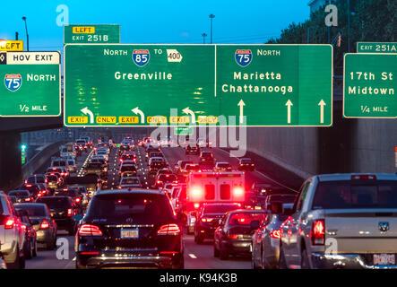 Atlanta, Géorgie, l'encombrement du trafic sur le connecteur du centre-ville où I-75 et I-85 sont fusionnés par Banque D'Images
