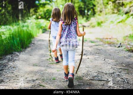 - Les enfants sont des jumelles randonnée dans les montagnes. Famille active, les parents et les enfants en montagne Banque D'Images