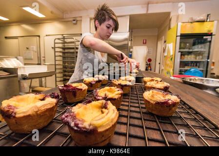 Les pâtisseries dans une boulangerie de Sydney tôt le matin pour vendre ce jour Banque D'Images