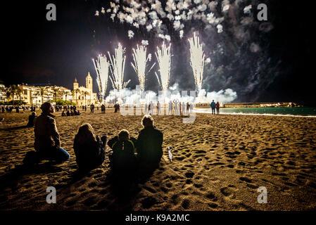 Sitges, Espagne. 22 septembre 2017: des centaines ont la traditionnelle afficher des artifices au 'sun' bartolome Banque D'Images