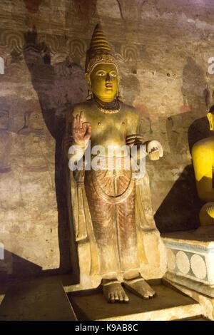 Sri Lanka Dambulla Dambulla Cave Temple - Grotte II Maharaja Vihara Statue de Bouddha Debout main droite en Vitarka mudra Geste de discussion et de transmission de l'enseignement bouddhiste