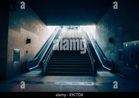 Avec la sortie de l'escalator de métro souterrain. La lumière au bout du tunnel concept Banque D'Images