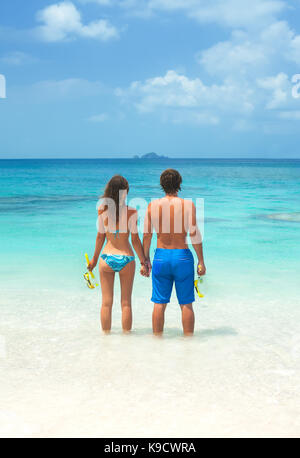 Couple sur la plage avec un équipement de plongée en apnée. jeune couple ensemble dans une mer d'actualité Banque D'Images