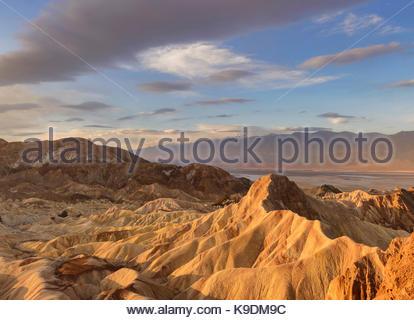 Manley Beacon et les nuages à l'aube de Zabriskie Point, Death Valley National Park, Californie Banque D'Images