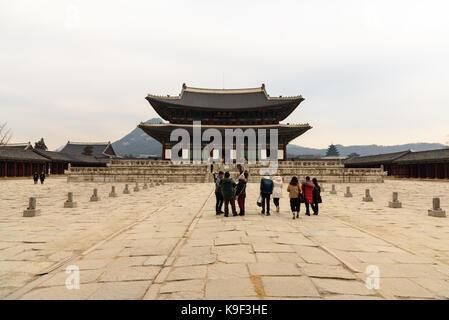 Séoul, Corée du Sud - 31 décembre 2016 - un groupe de touristes vient de visiter l'intérieur du temple gyeongbokgung Banque D'Images