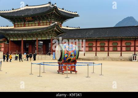 Séoul, Corée du Sud - 31 décembre 2016 - le tambour à l'intérieur de la place principale de gyeongbokgung palace Banque D'Images