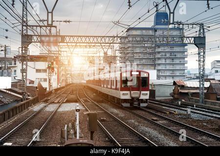Le Japon train on railway avec skyline à Osaka, au Japon pour l'arrière-plan de transport