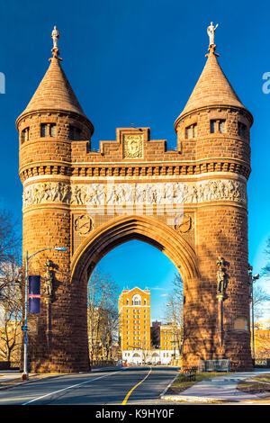 Soldats et marins du passage à Hartford (Connecticut). Le monument a été le premier établissement permanent de triomphe en Amérique