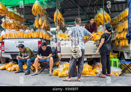 Boutique fleurs fleurs. L'emballage intérieur à pak khlong talat, un marché aux fleurs à Bangkok, Thaïlande Banque D'Images