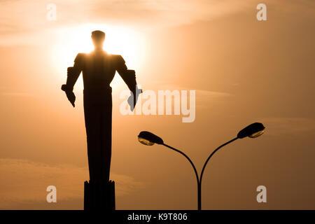 Un monument à cosmonaute Youri Gagarine à Moscou au coucher du soleil. d'ossature du monument contre l'arrière-plan du soleil couchant