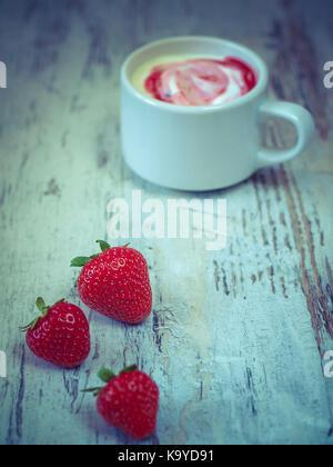 Yaourt fraise Banque D'Images