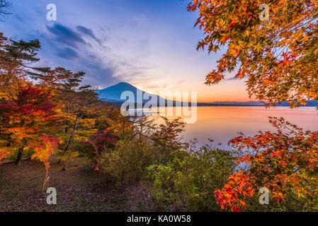 Lac yamanaka, yamanashi, le Japon avec le mt fuji. Au cours de l'automne saison. Banque D'Images