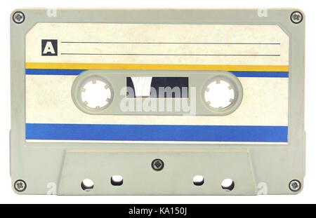 Vieille cassette audio sur fond blanc Banque D'Images