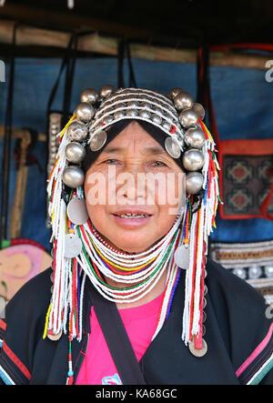 Closeup portrait d'une femme de la tribu Akha païenne en vêtements traditionnels et les bijoux en argent. Banque D'Images