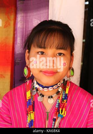 Closeup portrait of young woman tribu païenne Akha. Banque D'Images