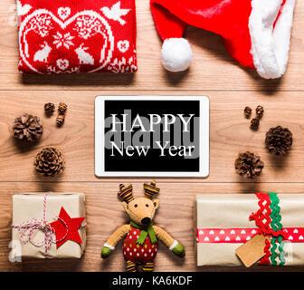 24 Vue du dessus avec tablette numérique et présente, la nouvelle année concept Banque D'Images