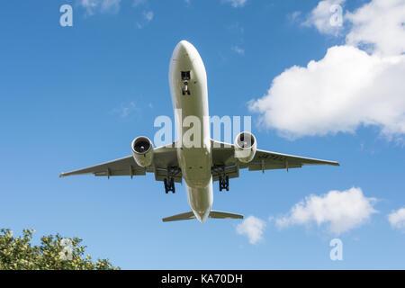 Avions à réaction volant à basse altitude en descendant vers l'aéroport de Heathrow, Terminal 4, à Hounslow, Middlesex, Banque D'Images
