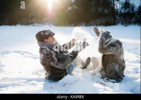 Beau couple dans la nature d'hiver ensoleillé. Banque D'Images