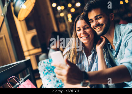Jeune beau couple on date in coffee shop Banque D'Images