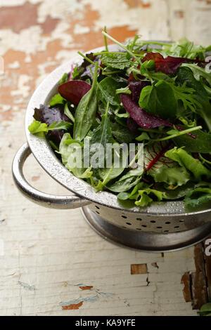 Les légumes verts frais dans une passoire , gros plan alimentaire Banque D'Images