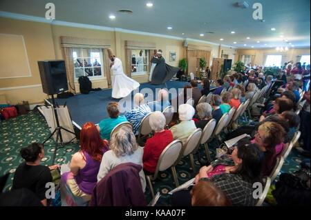 Sufi Whirling Dervishes se présentant devant une grande foule lors d'un Festival Mind Body Spirit, Angleterre Royaume-Uni GB