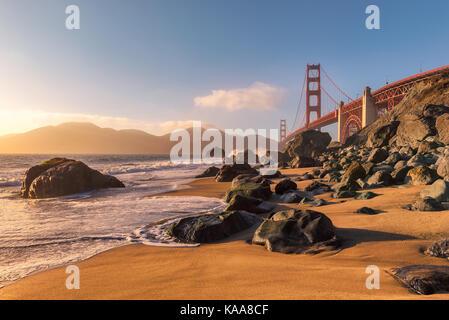 Golden Gate Bridge à partir de la plage de san francisco au coucher du soleil.