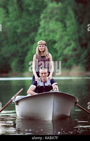 Le bateau flottant sur le couple Banque D'Images